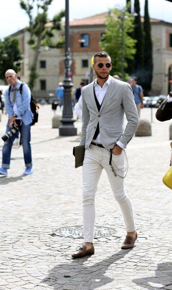 チェック柄ジャケットに白パンを合わせたジャケットメンズ着こなし