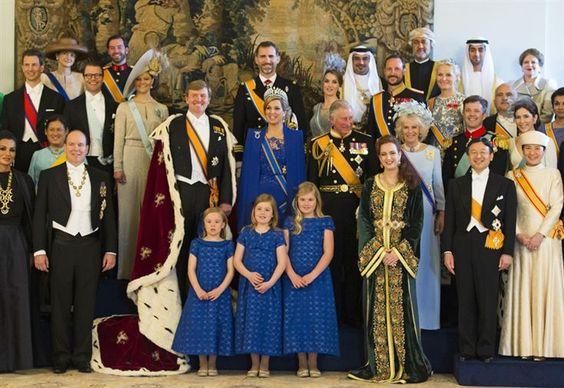 Foto familiar de los representantes de las 19 familias reales