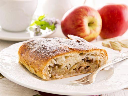 oeuf, oeuf, pomme, lait, pâte feuilletée, beurre, raisins secs, cerneau de noix, maïzena, cannelle, sucre glace, sucre