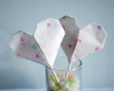 Coeurs en papier pour emballer les sucettes.