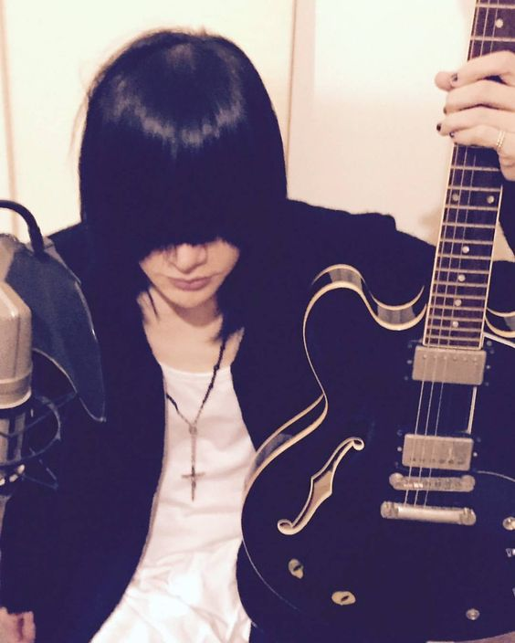 I want this guitar!  #plastictree #jrock #jmusic #ryutaro #ryutaroarimura #tadashihasegawa #tadashi  - plastic_tree_0_o