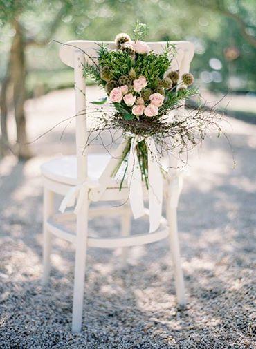 Muitas dicas para decorar as cadeiras dos noivos e dos convidados para sua cerimônia ou recepção.