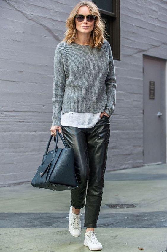 Casual Outfit Frauen, Lederhose, weiße Sneakers