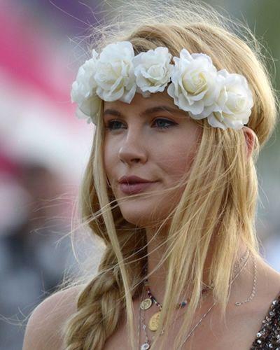 Coachella hair style: fasce e fiori tra i capelli