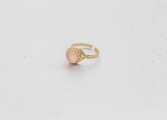 Filigraner Rosa Chalcedon Messing Ring In Gold von Kalinkati