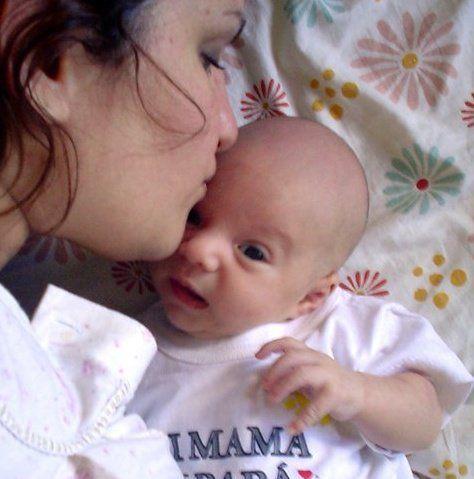 Autorretrato con mi bebé recién nacido donde expresa todo el amor que siento por el siendo tan chiquito. Es un autorretrato muy cotidiano de la vida personal