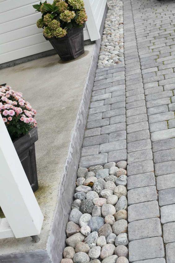 Pflastersteine und Flusssteine kombinieren