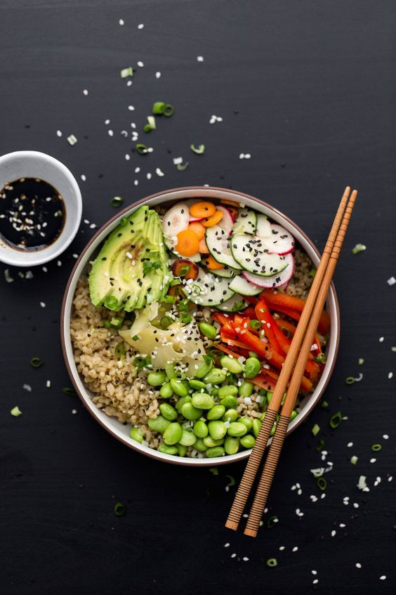 Vegetarisches Sushi Schüssel mit grünem Tee Reis |  @naturallyella