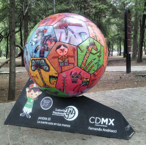 Balón Cdmex, Av.Reforma .Escultura de Fernando Andriacci. #arte,#escultura#artepopular,#arteurbano,#futbol,#cdmex,#caminandopcdmex,