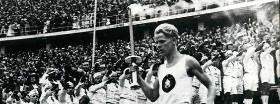 Fritz Schilgen mit Fackel bei Eröffnung der Olypischen Spiele 1936 | Bildrechte: IMAGO