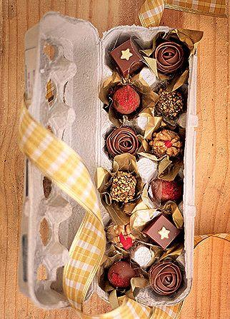 Vai presentear com bombons? Inove, transferindo os chocolates da embalagem original para uma bandeja de ovos: