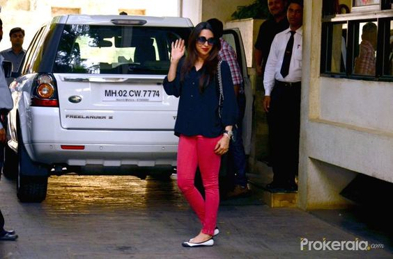karisma kapoor airport | Actress Karisma Kapoor arrive for the annual Christmas lunch hosted by ...