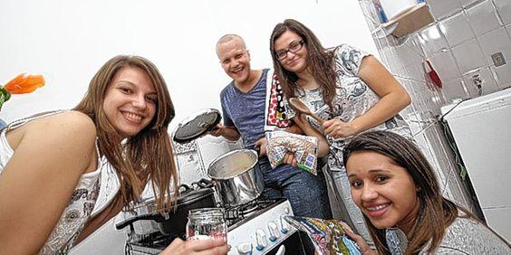 Estudantes trocam festas por solidariedade e ajudam moradores de rua