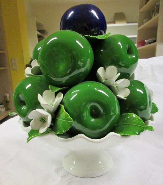 Prunkvolle Schale mit Äpfel und Blüten -Schaugericht - Ital. Majolika  (04-12)