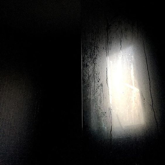 Light and dark in the bathroom
