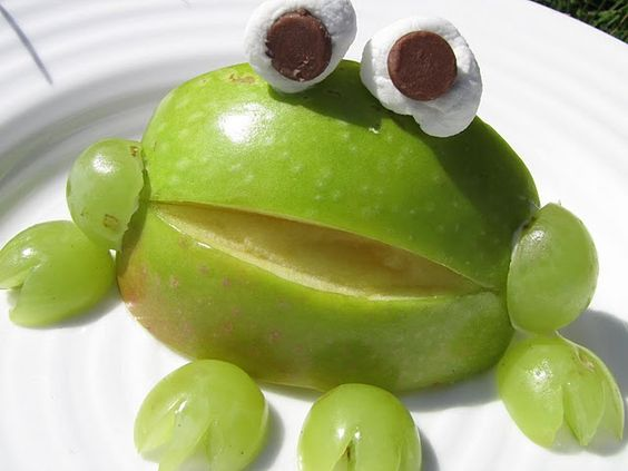 How fun! Apple frogs made w/ grapes, marshmallows and chocolate chips