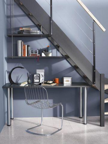 Pensez à aménager un bureau sous l'escalier, pour un gain de place: