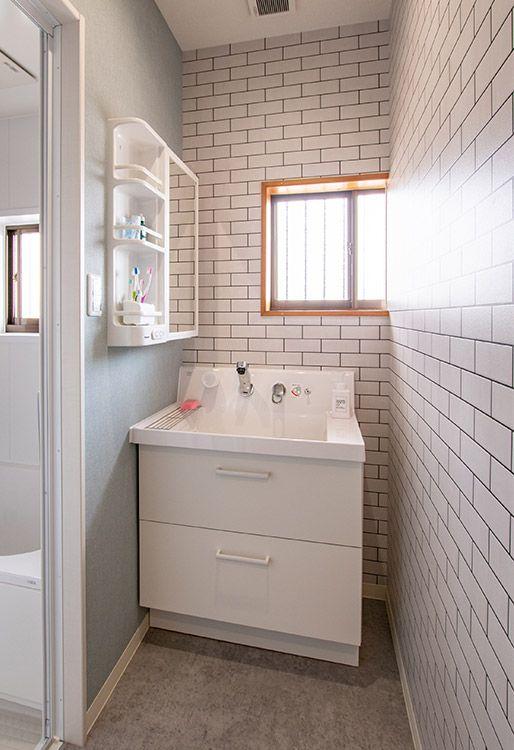 リクシルの化粧洗面台 ピアラ で 収納力up 壁紙はサブウェイタイル柄 ブルーグレーが爽やか ピアラ 洗面台 リノベーション