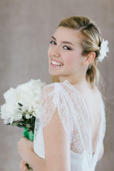 Haarschmuck & Kopfputz - Weiße Seidenblüte mit Kristallsteinen S-Belle - ein Designerstück von BelleJulie bei DaWanda