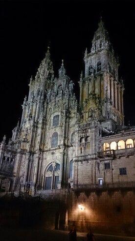 Dem Insider Tipp folgen: nachts rückwärts gewandt auf den Vorplatz der Kathedrale legen und entlang der Kathedrale in den Himmel schauen... Beeindruckend schön und unheimlich zugleich.