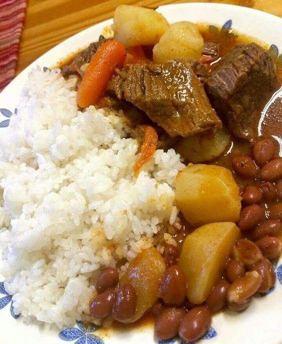 arroz blanco con habichuelas y carne guisada cultura