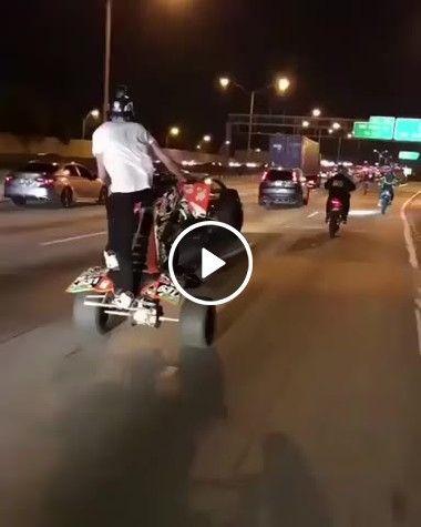 Homem se arrisca e faz manobras no quadriciclo.