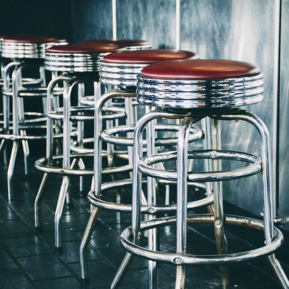 Au bar / At the bar  #tabouret #barstool #métal #metal #chrome #texture #reflet #shiny #bar #acier #steel #hardrockcafe #hardrockcafeniagara #niagarafalls #simple #composition #minimal #shinythings #reflection #réflection