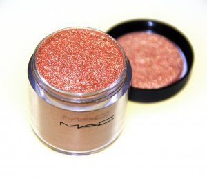 MAC Melon Pigment. An apricot pink with golden shimmer duochrome pigment. One of MAC's most favourite and alltime best sellers. Great for every eyecolour.Can also be used as a super intense highlight on the cheekbones. I mostly use in in the tearduct area or at the center of my eyelid. Compliments almost every look but with purple is the ultimate pairing.