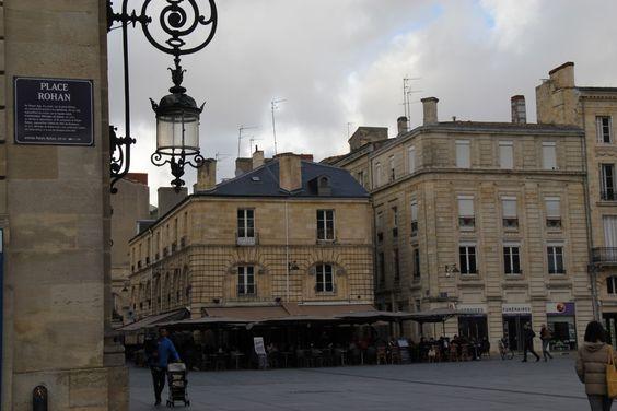 Вид на кафе, вывеску дворца и... похоронное бюро рядом с кафе