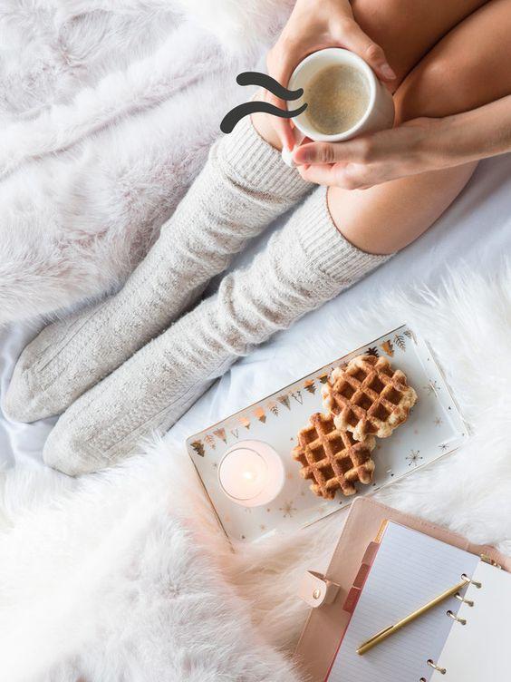 Dimanche au lit cocooning décoration plaid fausse fourrure petit déjeuner au lit café hygge deco chaussettes laine thé lit couverture linge de lit draps couette #petitdejaulit #gauffre #HYGGE #GAUFFRE