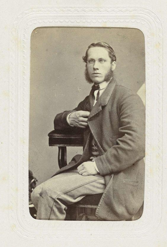 Louis Wegner | Studioportret van een zittende man met een bril en bakkebaarden, Louis Wegner, c. 1863 - c. 1866 |