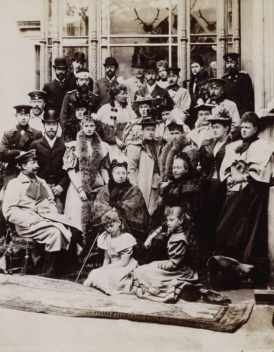 Rainha Victoria e família em Coburg em 21 de Abril de 1894, montado para o casamento da princesa Victoria Melita de Saxe-Coburg e Gotha e Ernest Louis, Grão-duque de Hesse, ambos os netos da rainha Victoria. O casamento ocorreu em 19 de abril de 1894. O grupo inclui os membros das famílias reais prussianos e russos. Maria Pavlovna pode ser vista ao lado de Vicky em pé.