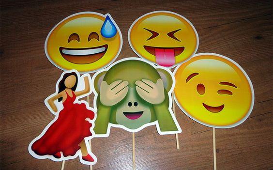 Para deixar seu casamento mais divertido, encomende as plaquinhas emojis! Valor de R$ 60,00 para kit com 5, mas pode ser quantas quiser! =) R$ 60,00
