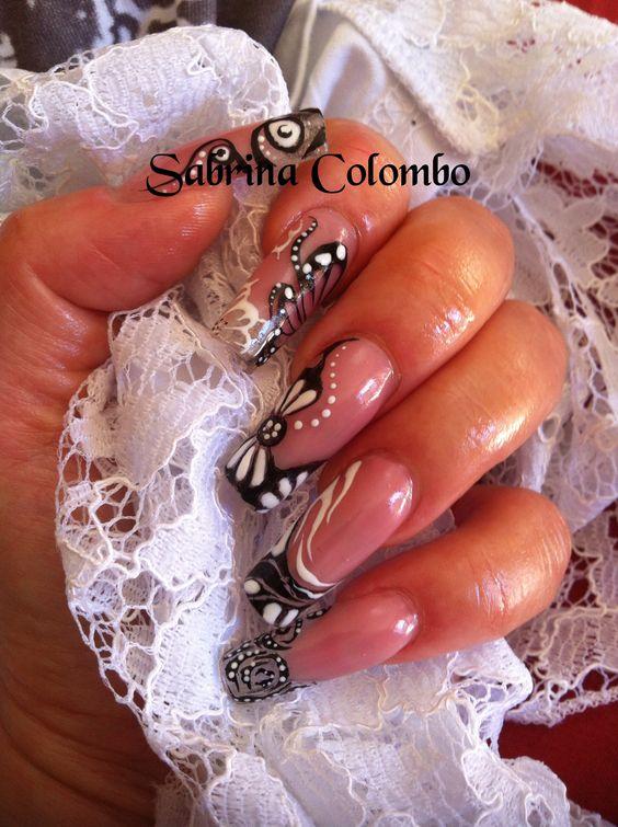 Ricostruzione unghie in gel forma squadrata french in black and white con nail art floreale