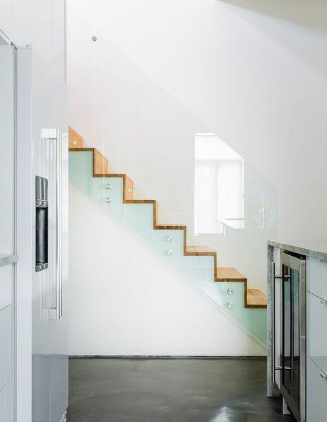 Escaleras modernas con barandilla de cristal escaleras - Escaleras interiores modernas ...