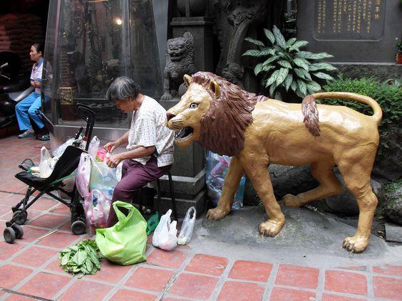 """Photo by: Joanna Bzdyl  Tajwan. Starsza Tajwanka segregująca odpady w świątyni buddyjskiej w towarzystwie """"lwa"""". #konkurs #blizejazji #cspa #taiwan #asia"""