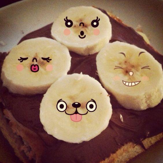 Gaufre recouverte de Nutella et de tranches de banane avec visage.