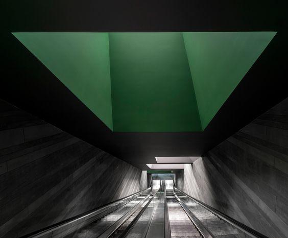 Escaleras mecánicas de acceso. Centro de representaciones y exposiciones, por Neri&Hu Design and Research Office. Fotografía @ Dirk Weiblen