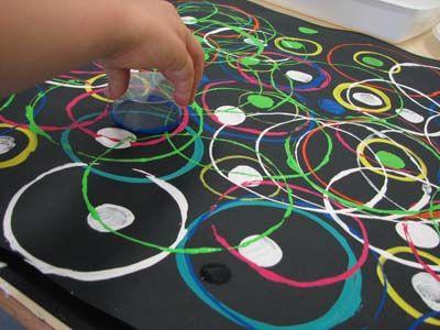 À la manière de Kandinsky. À essayer avec des peintures fluos ou métalliques.