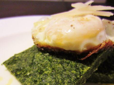 Frühstück mit Ei und im Ofen gebackenem Spinat