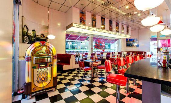 """Una lista de """"diners"""" ambientados en la década de los 50 donde puedes encontrar rockabilly, malteadas, sodas y deliciosa fast food."""
