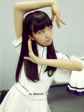 白いベルトのついた衣装を着てポーズを決めている原田葵の画像