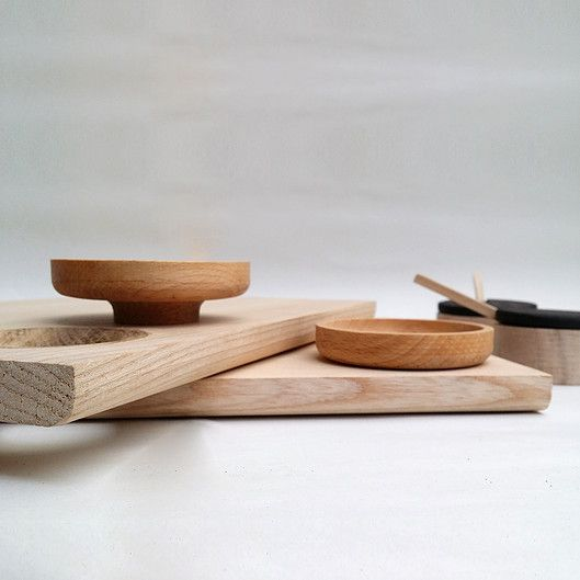 Tanti design chopping board with oak detail and dipping pot.