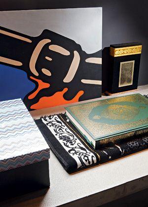No canto do CLOSET, ele guarda o Alcorão em cima do tapete de oração dobrado - Fotos Otavio Dias