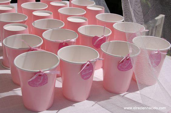 Los vasos eran muy bonitos, así que hice una especie de medallones de cartulina con su nombre  que iban atados con un lacito.
