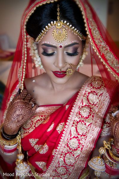 Traditional bengali bride (I wish I could wear something this beautiful regardless of being a McMerican).