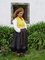 Traje de Trabalho:  Mulher com camisa de linho, com bordado simples e colete, com ou sem lenço de peito, lenço de cabeça, com ou sem chapéu...