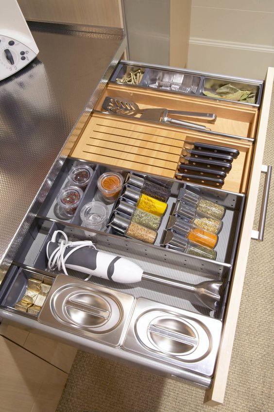 Cuchillos, especias y la batidora, cada cosa en su sitio : Cocinas modernas de DEULONDER arquitectura domestica: