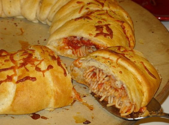 Spaghetti Garlic Bread Ring - garlic bread stuffed with spaghetti filling; what fun!
