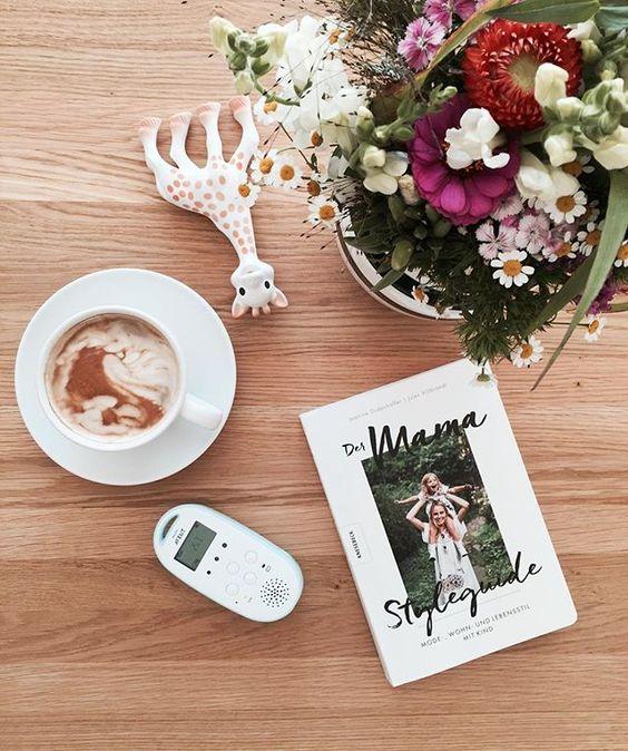 Kaffee, Sommerblumen und der Mama Styleguide sind mein Dreamteam an diesem Vormittag ✌Sehr empfehlenswert, jedes einzelne der aufgezählten Dinge   ____________________________________________ #coffee #kaffee #mamastyleguide #book #mama #readind #sophielagirafe #avent #philips #philipsavent #flowers #summer